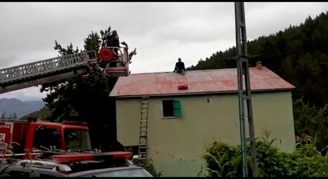 Tamir etmek için çıktığı çatıda mahsur kaldı